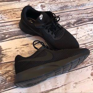 82f5920869d Brand New Men s Nike Black Roshe Sneakers
